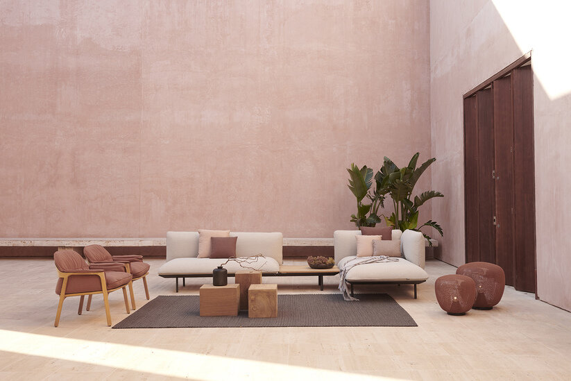 Tribu Senja sofa lounge met Nomad easy chairs in koraal rood