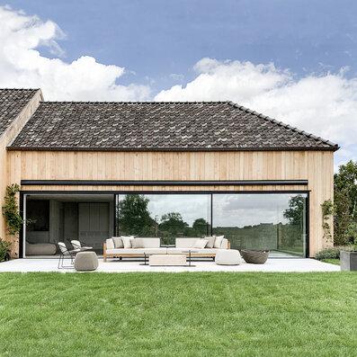 Salon extérieur en harmonie avec l'annexe en bois