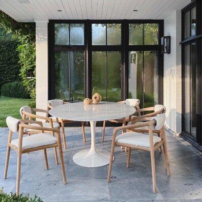 "Icône de design ""Saarinen"" sous terrasse ouverte"